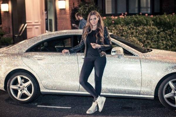 Tatina curica i njen tipično ruski uređen Mercedes