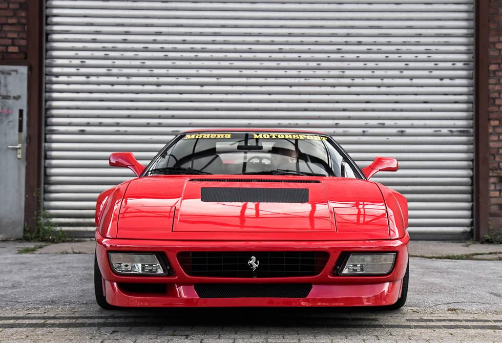 Sprijeda je riječ o Ferrariju 348 tb