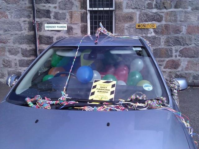 Malo konfeta, malo balona i eto zabave na parkirnom mjestu