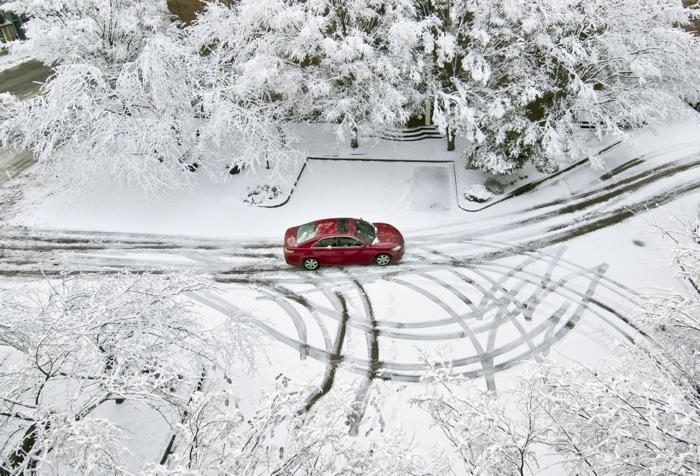 Parkiralište prekriveno snijegom idealno je mjesto za učenje tehnika vožnje u skliskim uvjetima
