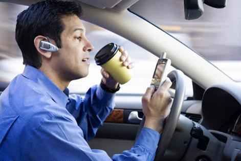 Ako ste se ikada zapitali kako izgleda idiot za volanom, evo jednog primjera.