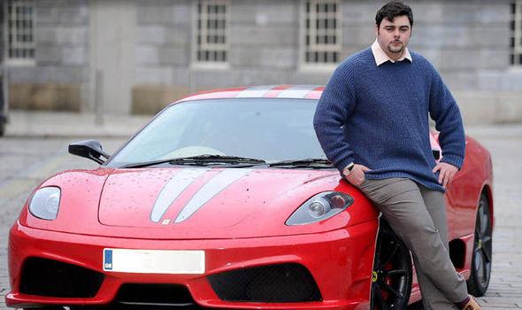 Ferrari na fotografiji ne garantira da će osoba ispred njega ispasti cool na fotografiji.