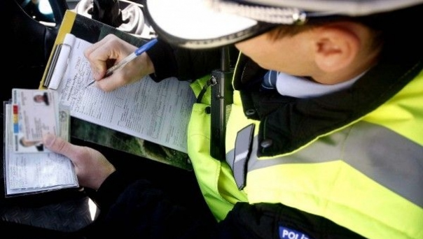 Prometni policajac ispisuje kaznu