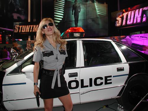 Policajka plavuša, na dužnosti...