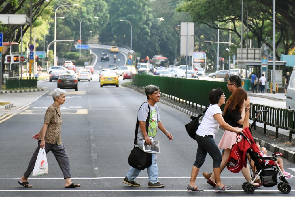 Automobili i pješaci na propisanoj udaljenosti jedno od drugih...