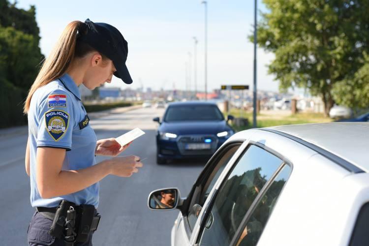 Prometna policija vrši kontrolu