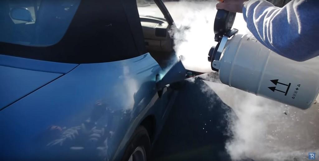 Umjesto goriva za pogon natočio ugljični dioksid...